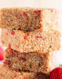 Healthy Strawberry Shortcake Krispy Treats (refined sugar free, high protein, and gluten free, with a vegan option)!